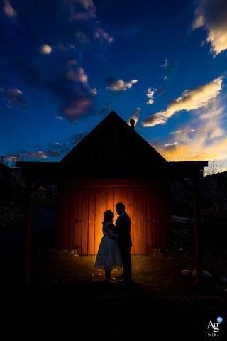 Golden History Park, Golden, CO sesión de imagen artística de novios mientras la novia y el novio posan para el retrato en la fuente del antiguo granero