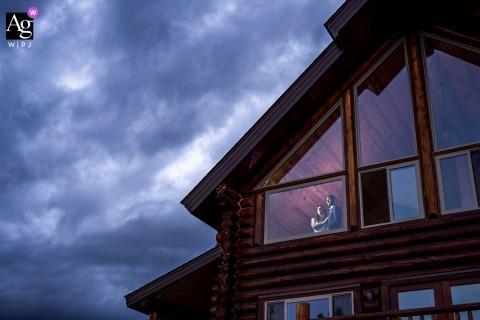 Tabernash, CO sesión de imagen artística de novios para un retrato de novios en una cabaña de montaña
