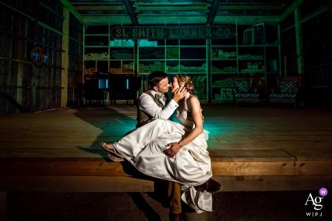 Fret, Leadville, CO Wedding couple séance d'images artistiques résultant en un portrait de couple nocturne coloré