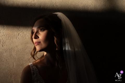 Ritrattistica, Piazza Sordello, Mantoue, Italie séance d'image artistique de la mariée de mariage Dans l'atrium d'un bâtiment avec une belle lumière alors que la mariée se positionne pour rehausser la beauté de ses yeux