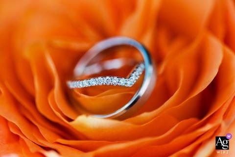New York City mariage de style artistique détail photo des couples Alliances entrelacées dans une fleur