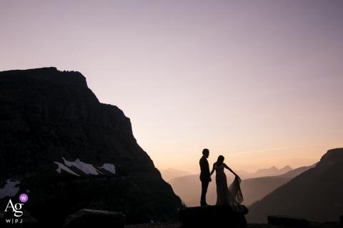 Sessione di immagini artistiche degli sposi del Glacier National Park in montagna al tramonto