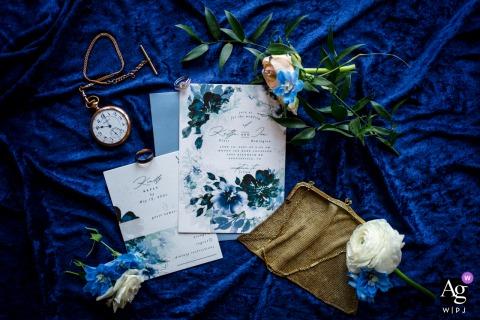 Mount Ida Farm, Charlottesville, VA kunstzinnige stijl bruiloft detail foto met een platte lay van de uitnodigingen, de overgrootmoeders portemonnee van de bruid, losse bloemen en het zakhorloge van de bruidegom