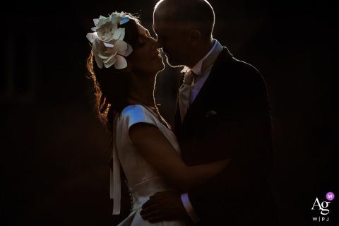 Regardez cette photo poétique de couple de mariage au Château du Sou au coucher du soleil avec un éclairage de la jante, qui figurait parmi les meilleures photographies de mariage de la WPJA