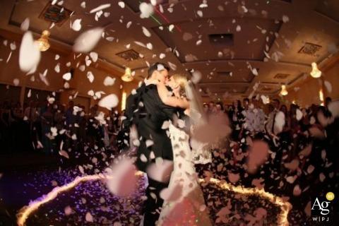Fotógrafo de bodas en Hamburgo | La imagen contiene: novia, novio, confeti, retrato, baile, invitados a la boda.