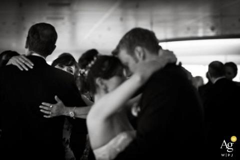 Fotograf ślubny w Hamburgu | Obraz zawiera: panna młoda, pan młody, czarno-biały, portret, taniec, goście weselni