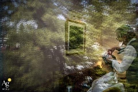 Hamburg Fotoreportaż dokumentalny ślub | Obraz zawiera: panna młoda, kwiecista korona, okno, przygotowanie, makijaż, odbicie, stylista włosów