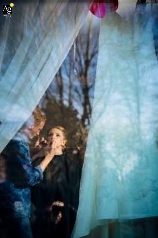 Dokumentalna fotografia ślubna w Hamburgu | Obraz zawiera: panna młoda, sukienka, okno, przygotowanie, makijaż, odbicie