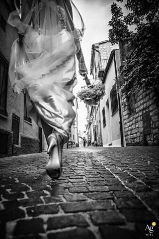 Ankona dokumentalny fotograf ślubny | Obraz zawiera: panna młoda, bukiet, kwiaty, czarno-biały, sukienka, detale, ulica
