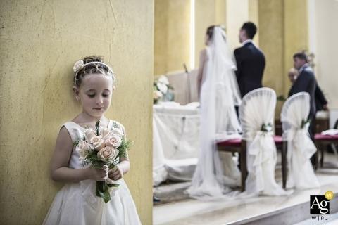 Fotografia ślubna w Ankonie | Obraz zawiera: kwiaty, bukiet, flowergirl, panna młoda, pan młody, recepcja, welon