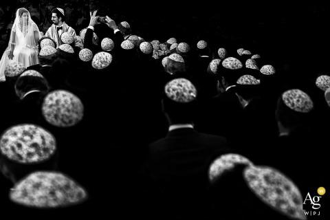 Fotografia ślubna Lecce Fine Art | Obraz zawiera: ceremonia ślubna, czarno-biały, panna młoda, pan młody, goście weselni