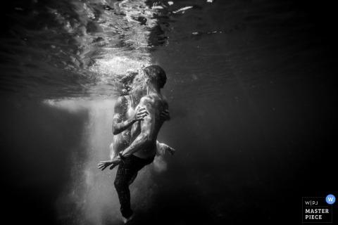 Miami-Braut- und Bräutigamkuss Unterwasser - Florida-Hochzeitsphotographie