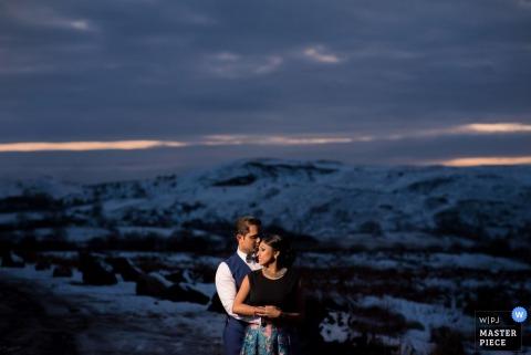 艾塞克斯擁抱畫象的新娘和新郎在日落| 英國婚禮照片