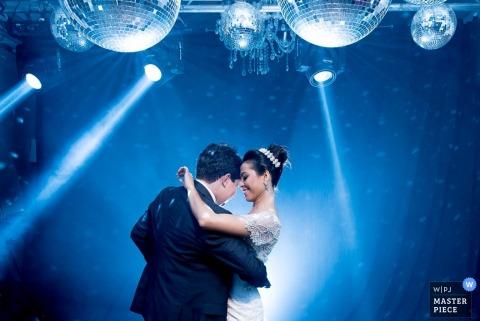 Minas Gérais bride and groom dance together at the reception | Brazil wedding photo