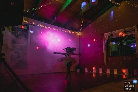 Chica de Nueva Gales del Sur baila en la recepción: fotoperiodismo de bodas en Australia