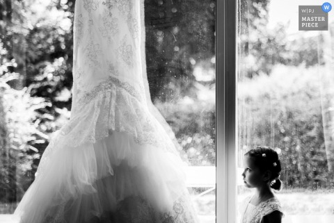 Het meisje van Frankrijk bekijkt de bruidenkleding vóór het huwelijk - de huwelijksfotojournalism van Frankrijk