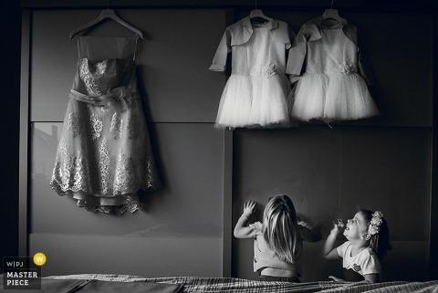 Flandre orientale filles regardant leurs tenues pour le mariage - Flanders wedding photo