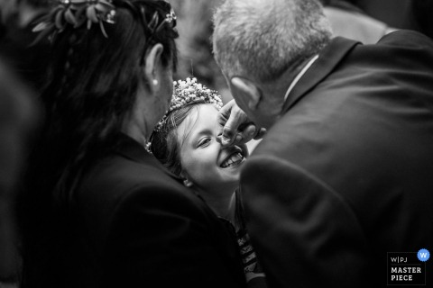 Occitanie guests play with little girl at wedding - France wedding photojournalism