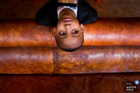 Toronto-Junge, der oben der Hochzeit - Ontario-Hochzeitsfoto betrachtet