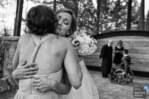 Carson City mariée et un invité câlin après le mariage - Nevada wedding photo