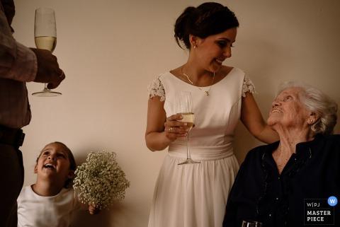 Panna młoda Lima rozmawia z gościem w recepcji - zdjęcie ślubne z Peru