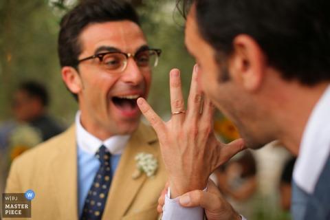 巴里客人欣賞新郎戒指 - 阿普利亞婚紗攝影
