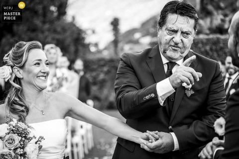 De bruidenvader die van Milaan zijn vinger op de bruidegom op de ceremonie richt - de huwelijksfotografie van Lombardije