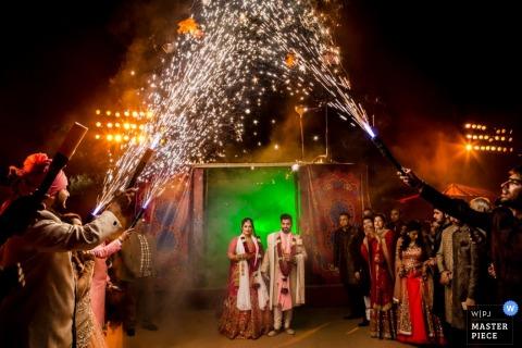 Montpellier bruid en grootiom vieren met gasten bij de receptie onder vuurwerk en sterretjes douches - Herault huwelijksfotografie
