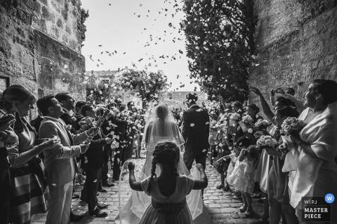 Occitanie Braut und Bräutigam werden von den Gästen nach der Zeremonie - Frankreich-Hochzeitsfoto beglückwünscht