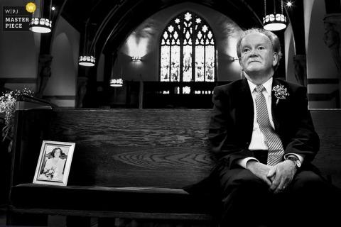 L'ospite di Boston si siede accanto alla foto della persona amata alla cerimonia   Foto di matrimonio del Massachusetts