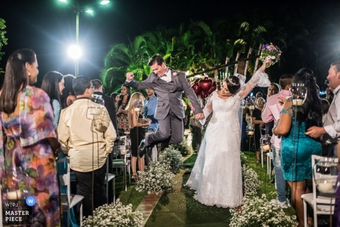 Minas Gérais bride and groom celebrate after just getting married | Brazil wedding photojournalism