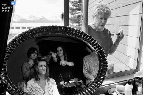 La mariée de Carson City se prépare les cheveux en montres invités - photojournalisme de mariage au Nevada