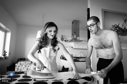 Bari-Bräutigam, der Hilfe mit seinem Hemd vor der Hochzeit - Apulien-Hochzeits-Fotojournalismus erhält