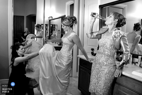 Phoenix bride and bridesmaids getting ready before the wedding | Arizona wedding photo