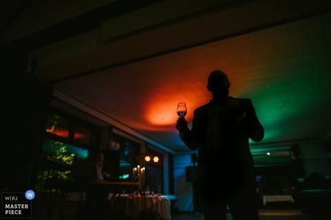 Foto van een silhouet van een man met een glas champagne van een trouwfotograaf uit Nedersaksen, Duitsland.