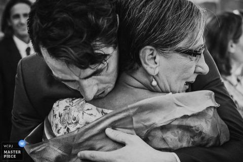 Un hombre y una mujer se abrazan con fuerza en esta foto en blanco y negro de un fotógrafo de bodas documental de Nueva Gales del Sur, Australia.