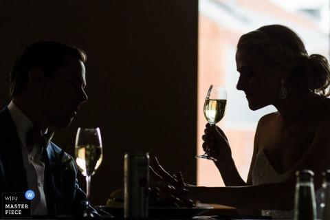 Panna młoda i pan młody popijają szampana podczas przyjęcia na tym zdjęciu stworzonym przez nagrodzonego Missoula, MT fotografa ślubnego.