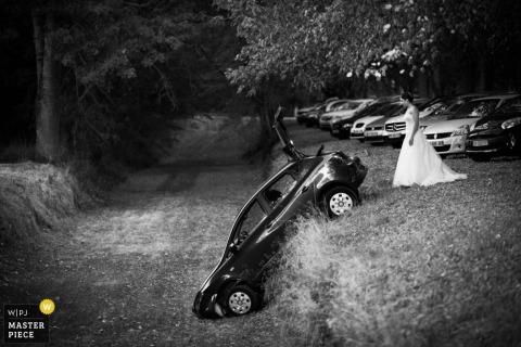 看下落在小山的汽车的新娘的黑白照片由迈阿密,FL婚礼摄影师。
