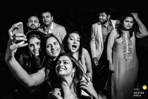 Dit zwart-wit beeld van de bruiloftsgasten die een selfie namen, werd gemaakt door een huwelijksfotograaf uit Montpellier