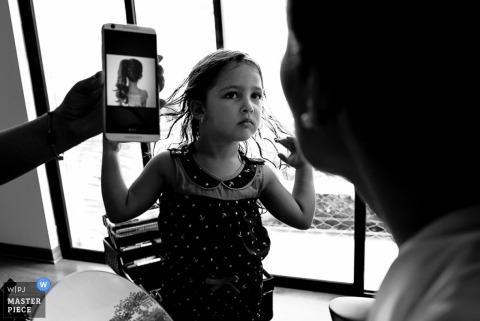 Czarno-białe zdjęcie młodej dziewczyny pokazujące, jak chciałaby mieć włosy przez fotografa ślubnego z Limy w Peru.