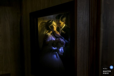 A well-framed photo of the bride and groom by a Santa Catarina, Brazil wedding photographer.