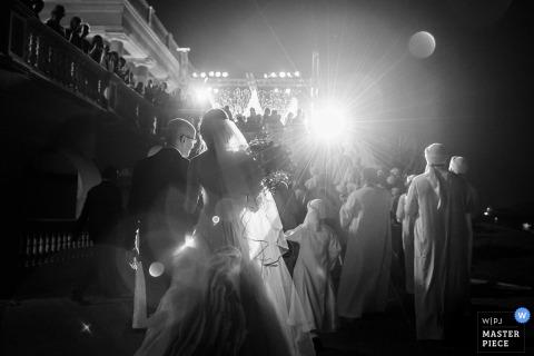 新娘和新郎的黑白照片挽救在他们的婚礼期间由多伦多,安大略婚礼摄影师。