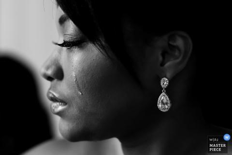 Czarno-białe zdjęcie profilu panny młodej z jedną łzą spadającą na policzek przez fotografa ślubnego z Ottawy.