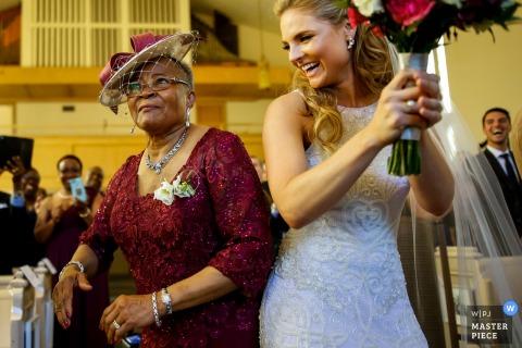 Oblubienica bije gościa w przejściu po ceremonii na tym zdjęciu przez fotografa ślubnego z Ottawy.