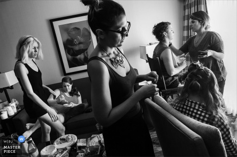 Les demoiselles d'honneur travaillent à se préparer pour la cérémonie sur cette photo en noir et blanc d'un photographe de mariage du New Jersey.