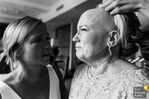 Panna młoda robi się płaczliwa, gdy ktoś pomaga matce z peruką w tym czarno-białym zdjęciu autorstwa fotografa ślubnego z Missoula.