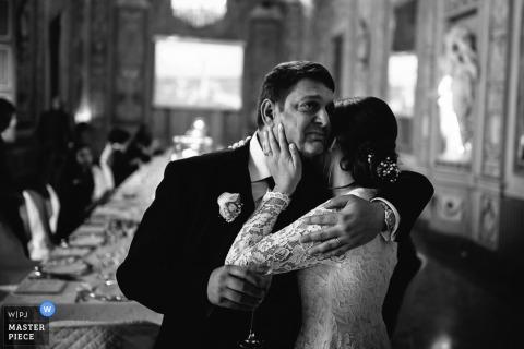Schwarzweiss-Foto der Braut, die ihren Vater nach der Zeremonie von einem Portofino-Hochzeitsfotografen umarmt.