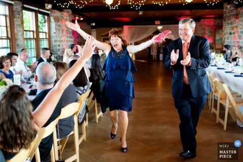 Photo de deux invités accueillant avec joie les autres lors de la réception de mariage par un photographe de mariage à Providence, RI.