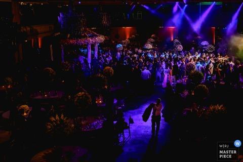 Der Londoner Hochzeitsfotograf hat dieses Bild aufgenommen, während er die Tanzfläche bei einem Innenhochzeitsempfang übersah