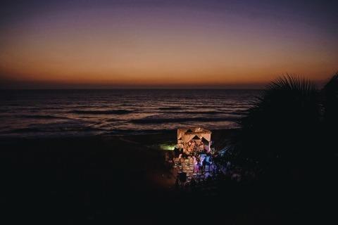 Hochzeitsfotograf Geeshan Bandara liebt es, an Strandhochzeiten in Sri Lanka zu arbeiten, wie diese wunderschöne Sonnenuntergangszene.